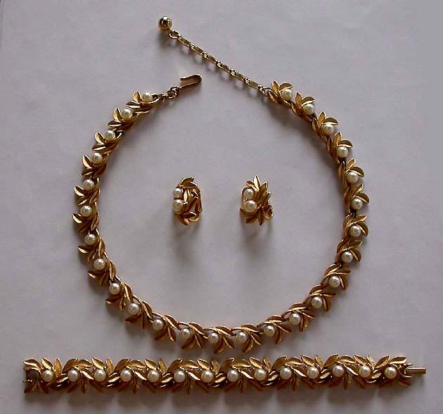 Vintage costume antique jewelry matching jewelry sets parures a beautiful vintage costume jewelry necklace juliana aloadofball Choice Image